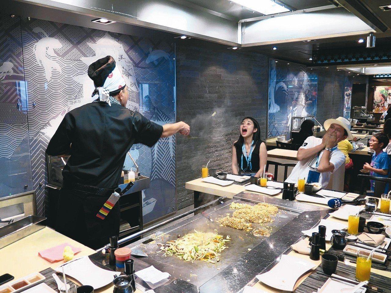 滋味鐵板燒的師傅喜歡跟客人互動,把燒好的蛋遠遠扔進客人嘴裡。 記者葉君遠/攝影