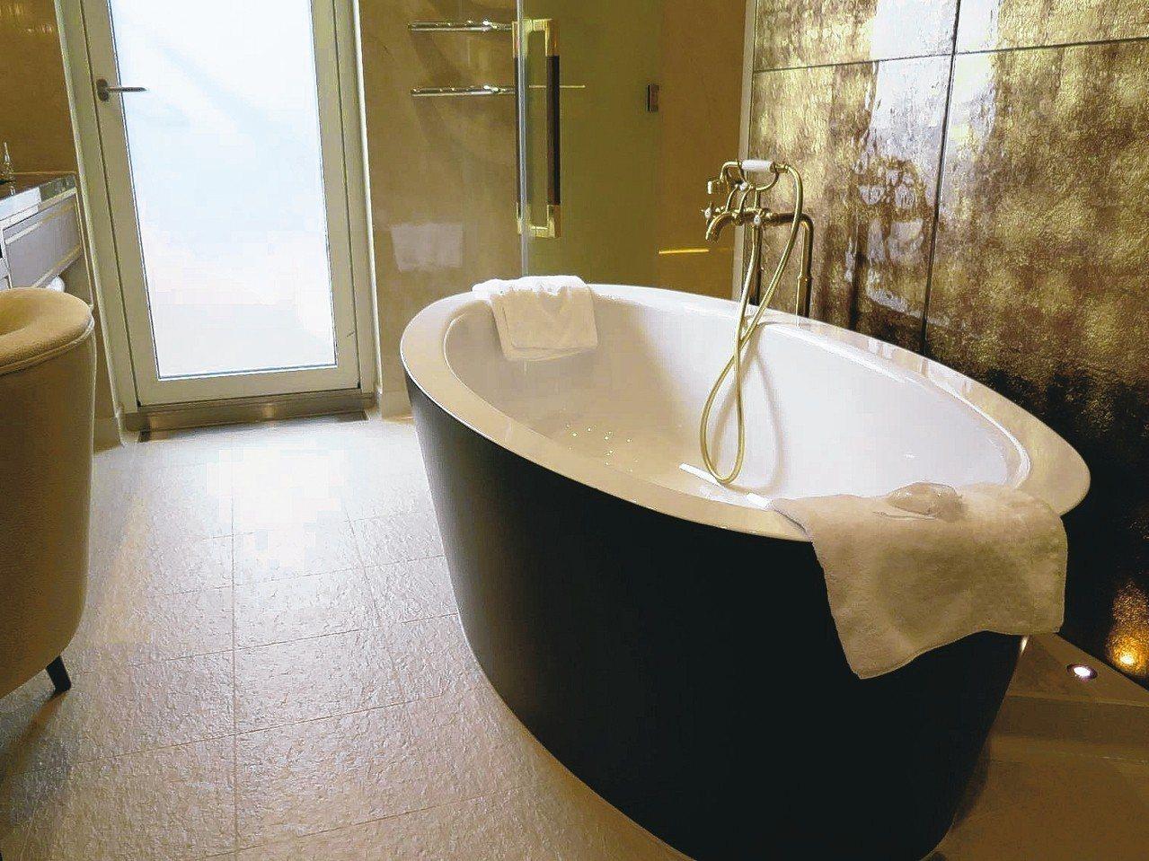 「皇宮庭苑別墅」浴室裡的浴缸。 記者葉君遠/攝影