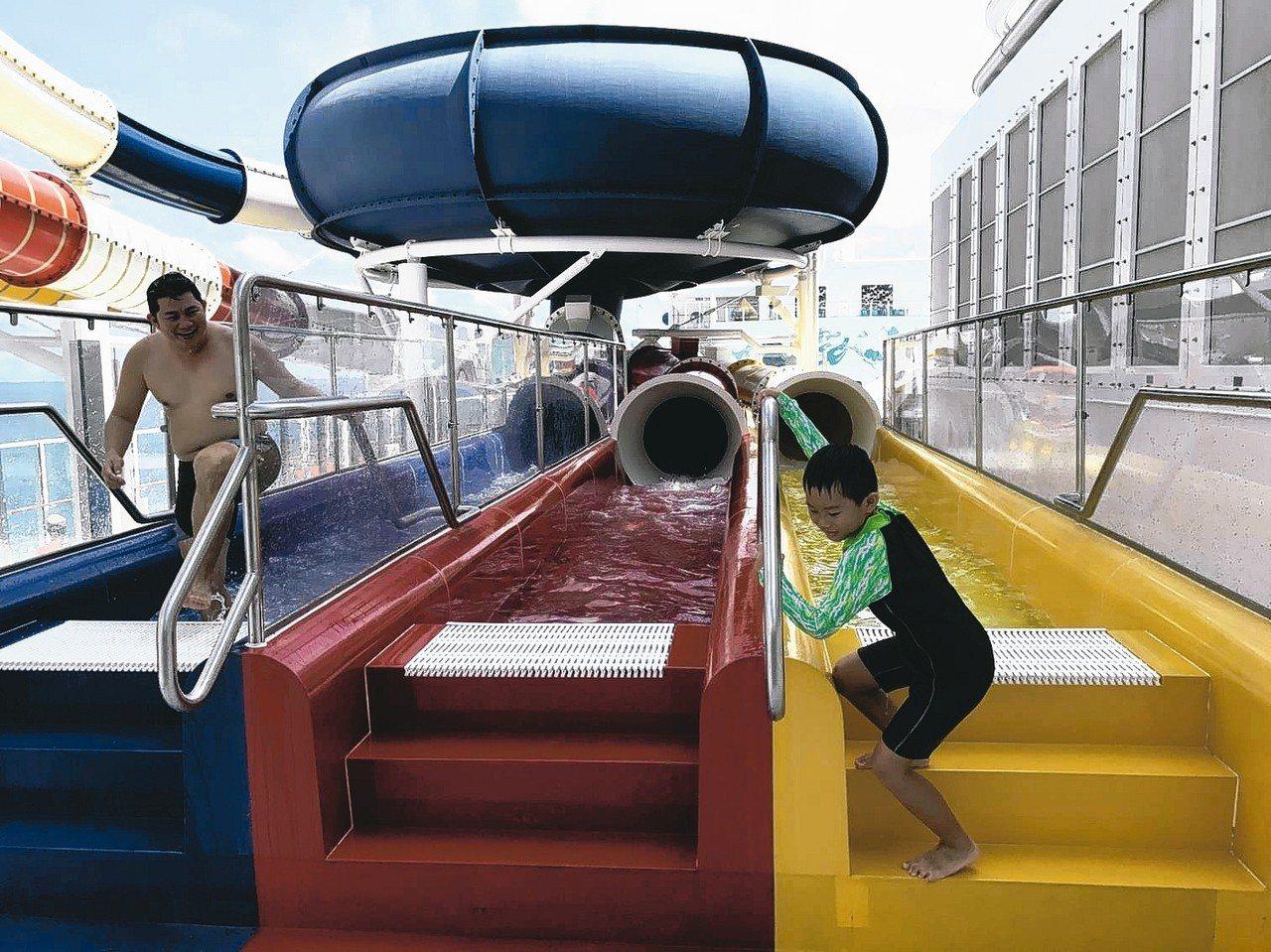 小朋友在船上碰到滑水道都瘋狂了。 記者葉君遠/攝影