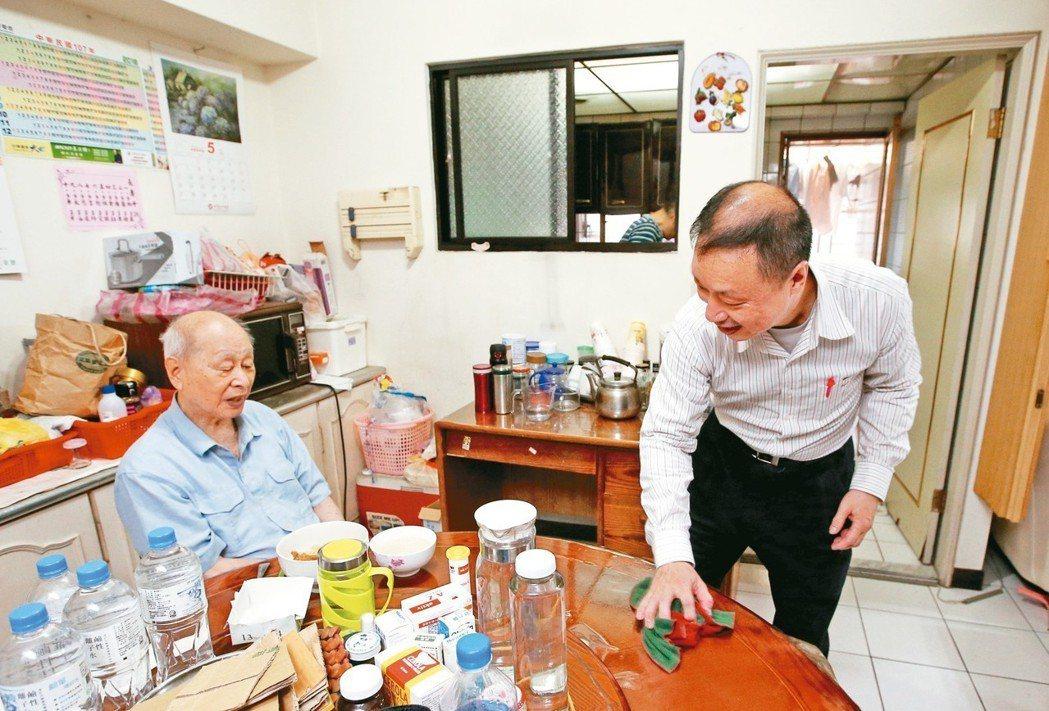 58歲的沈先生退休後照顧高齡父母,媽媽住安養機構,85歲的爸爸在家自己照顧,照服...