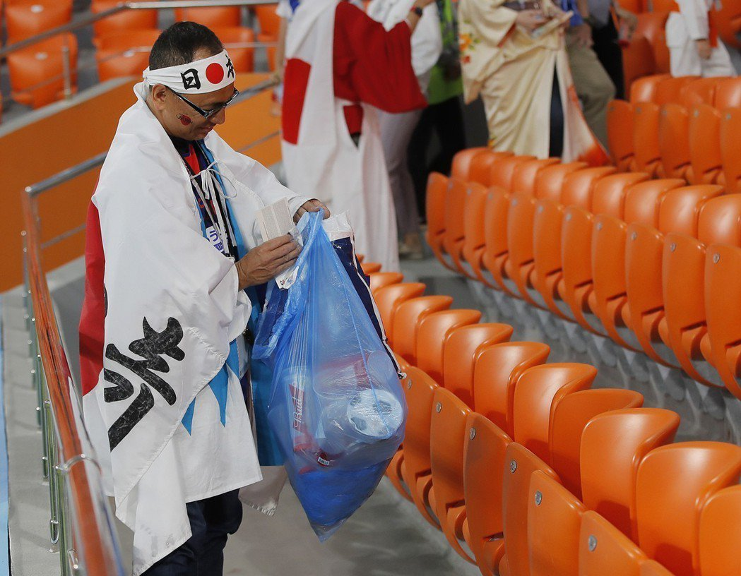 日本球迷撿垃圾。 美聯社