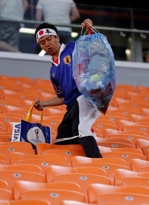 日本球迷清潔自己加油區。 路透