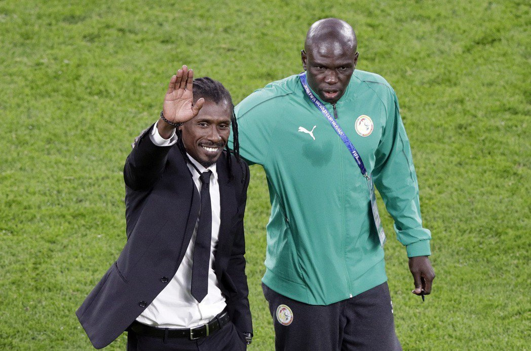 塞內加爾教練西塞(左)。 美聯社