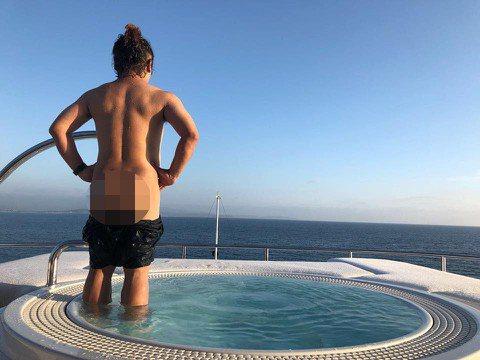 納豆目前人在地中海,他在臉書貼出一張背面照,人在國外似乎也變得大膽,照片中的他把短褲褪到臀部以下,大方秀出臀部曲線,他得意寫「在第中海飛翔~~突然發現我有腰窩」,他面對碧海藍天的美景解放身體,底下不...