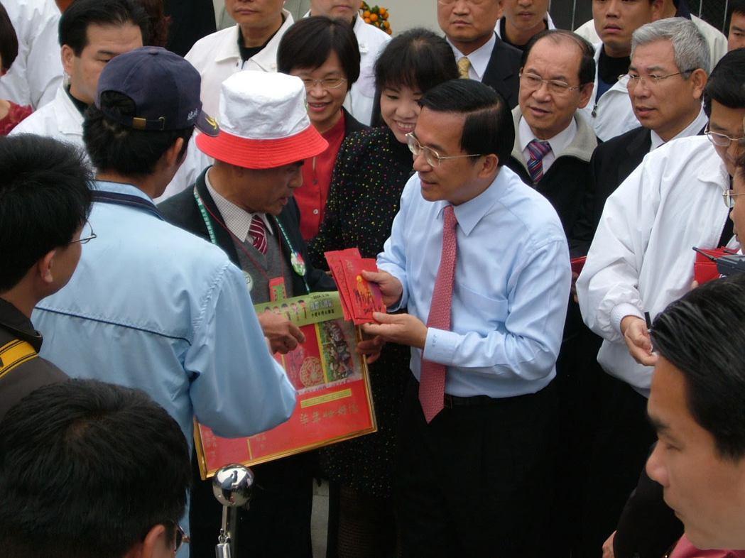 阿扁親自發送紅包給鄉親,是許多西庄人熟悉的回憶。 圖/聯合報系資料照片