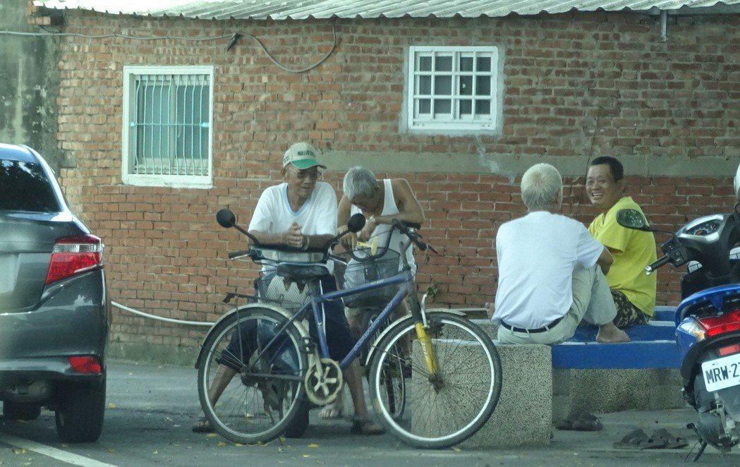 阿扁光環褪去後,當地人依舊維持原有作息,巷弄角落不時可見聊天。 記者謝進盛/攝影