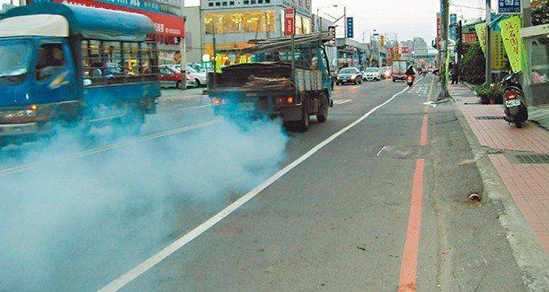 三讀條文明定,環保署可視空氣品質需求,加嚴出廠十年以上交通工具的排放標準。 報系...