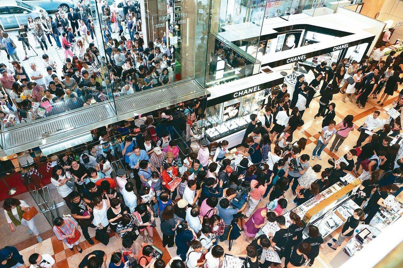 因應年改恐衝擊民間消費,百貨業、飯店紛推活動促銷。 圖/聯合報系資料照片