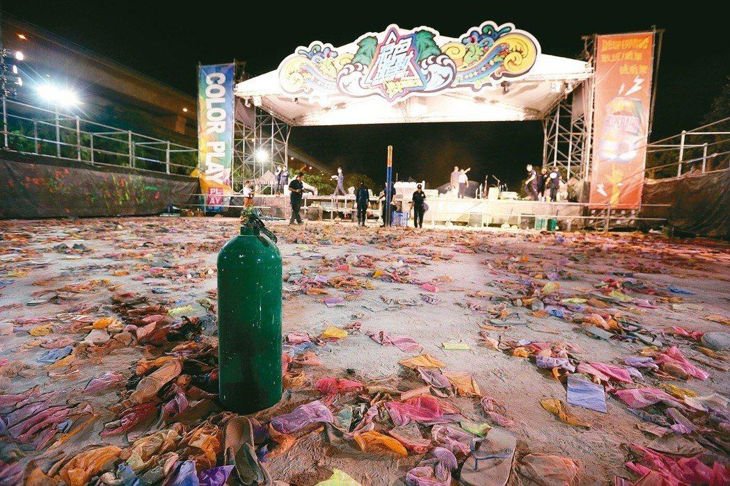 八仙樂園舉行派對時發生粉塵爆炸意外,造成重大傷亡,事發當時眾人狂歡的主舞台搖滾區...
