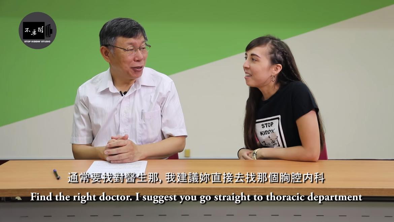 外國人訪問柯文哲。圖擷自不要鬧工作室YouTube