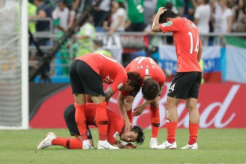 南韓雖然兩戰皆敗,球員早已哭成一團,但其實還沒有死透,如果奇蹟出現還是有晉級的機...