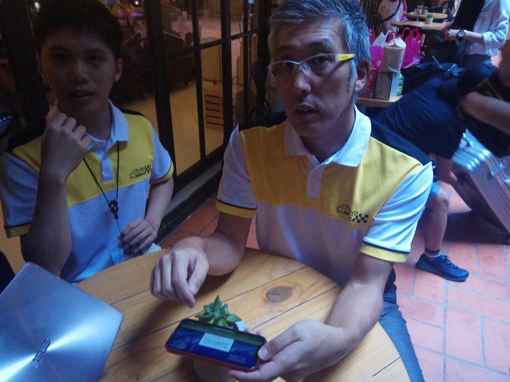 平田製作人當場拿起手機登錄自己的帳號示範。