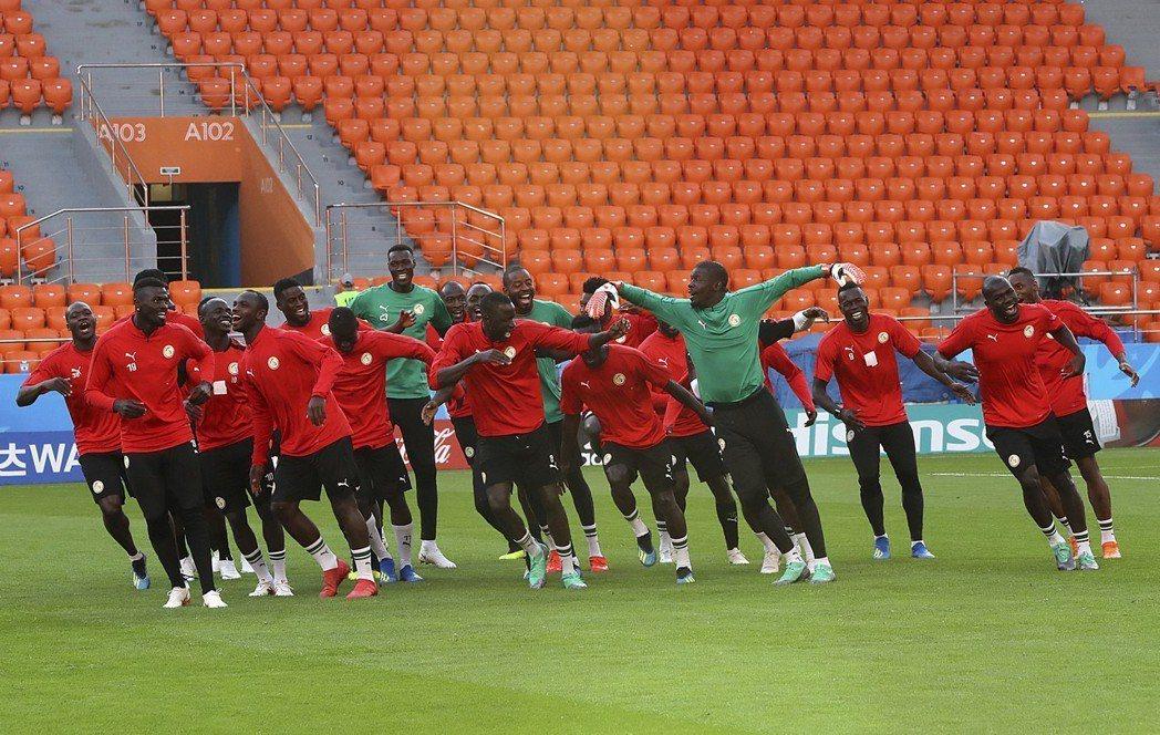 塞內加爾對日本賽前手足舞蹈。 美聯社