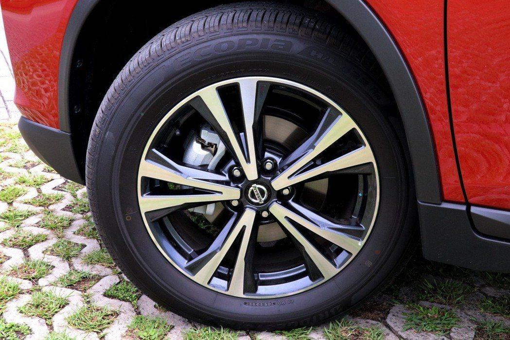 2.5升車型配備18吋雙色削切鋁圈。 記者陳威任/攝影