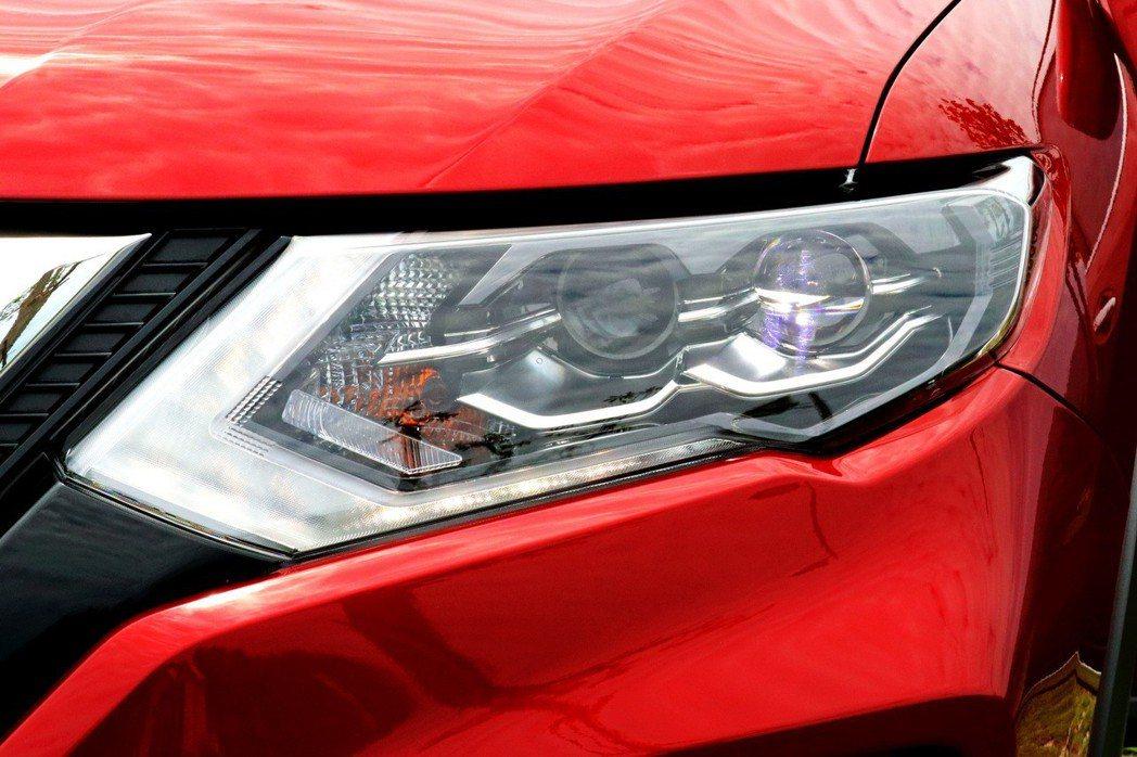 迴力鏢造型LED日行燈及雙魚眼式LED頭燈。 記者陳威任/攝影