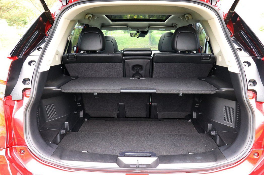 X-Trail的後車廂空間運用相當靈活多元。 記者陳威任/攝影