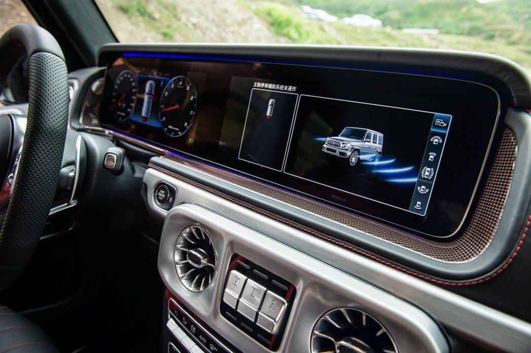 小改款G-Class大幅革新的座艙科技,具備中控台上的COMAND Online...