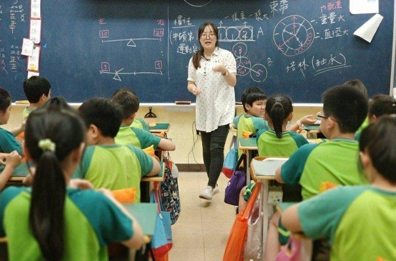 上尚文化擁有百位以上的合作師資,設計獨特科學教育商品,圖為上尚文化的教師在國小校...