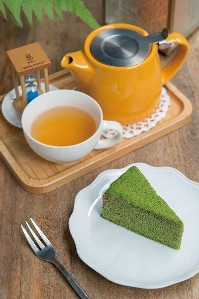 小山園抹茶千層蛋糕140元(前)/片/偏向大人味的口感,適合搭配熱咖啡或茶飲。佩...