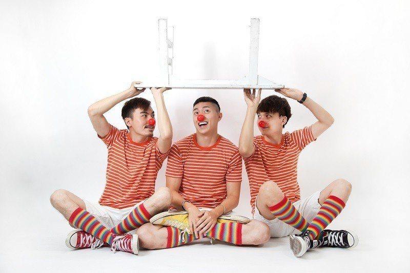 肢體馬戲、雜耍、互動,紅鼻子馬戲團讓你全場不冷場!圖片來源:紅鼻子馬戲團。