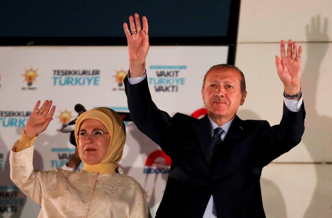 土耳其總統厄多安(右)贏得總統大選,25日與妻子向聚集在首都安卡拉的支持群眾揮手...