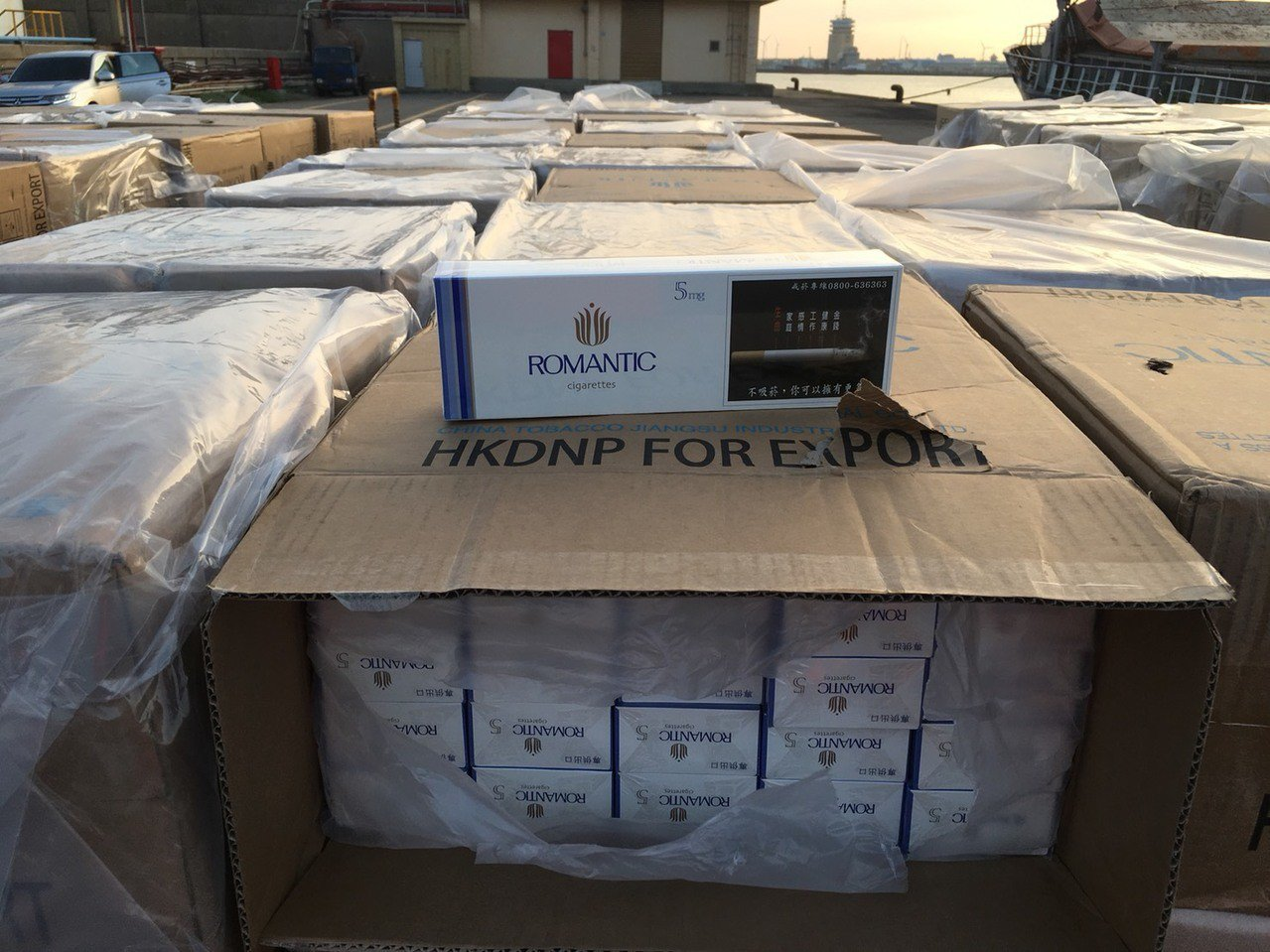 台中港西碼頭今日凌晨1時許,查獲貨輪「永順2號」4只貨櫃,走私約1000多箱的品...