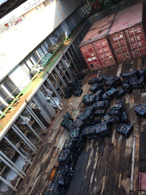 今日凌晨1點多,「永順2號」停靠台中港西碼頭,海巡人員立即上船調查,發現船上有4...