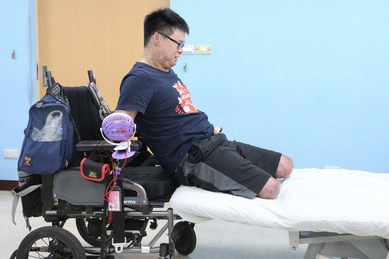 八仙傷友黃博煒在輪椅與復健床之間移動。記者林伯東/攝影