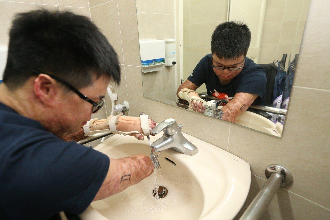 八仙傷友黃博煒清洗餐具。記者林伯東/攝影