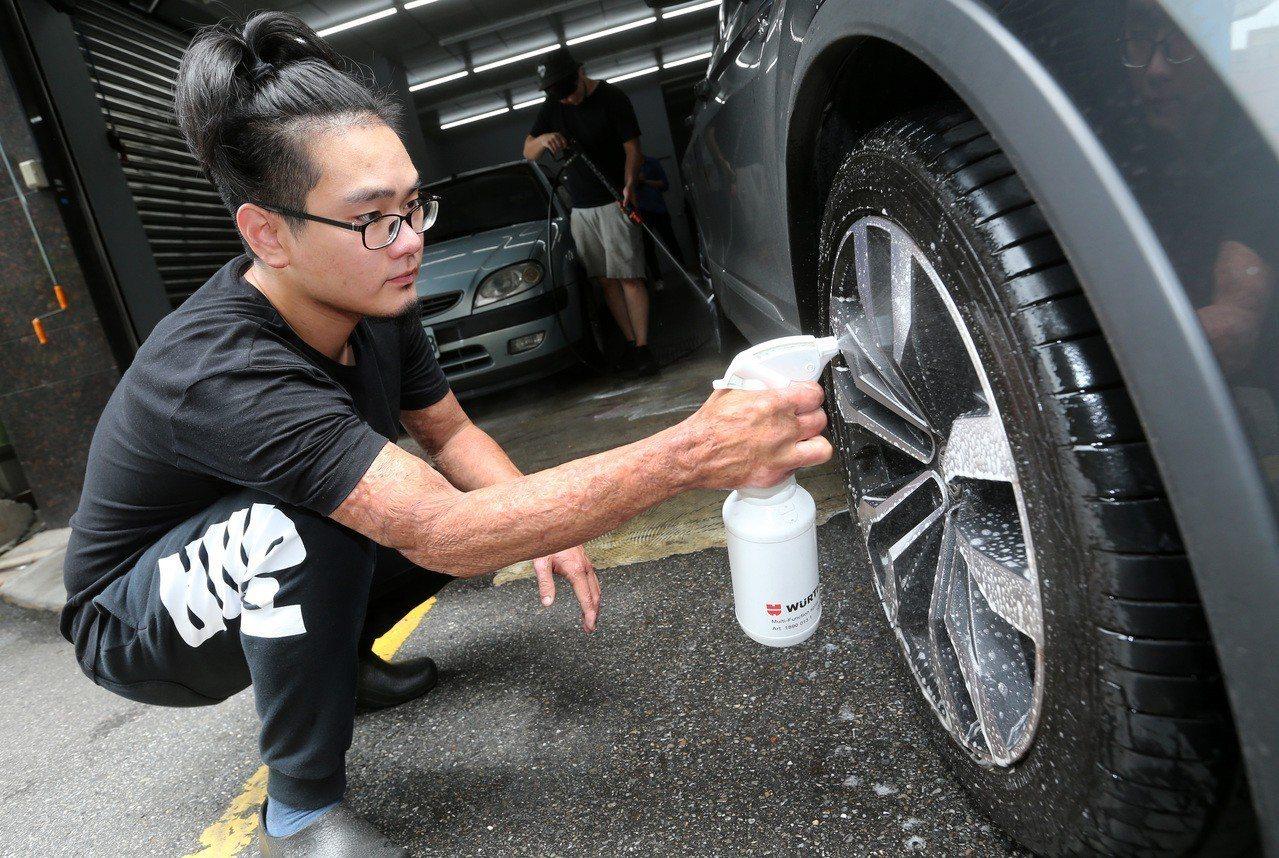 自行創業經營汽車美容的黃遠智。記者胡經周/攝影