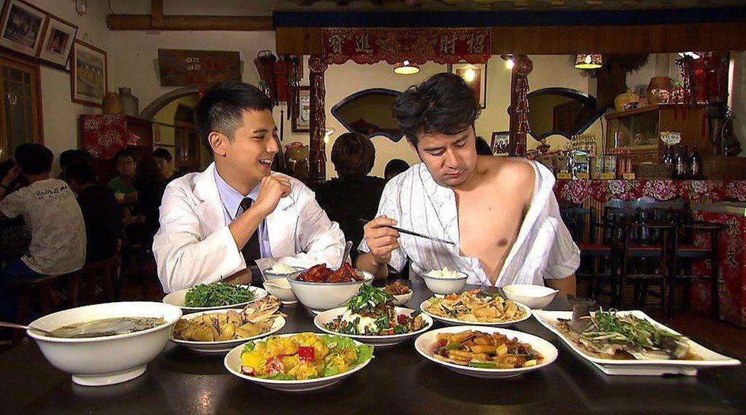 曾子余(左)和郭彥均玩角色扮演。圖/TVBS提供