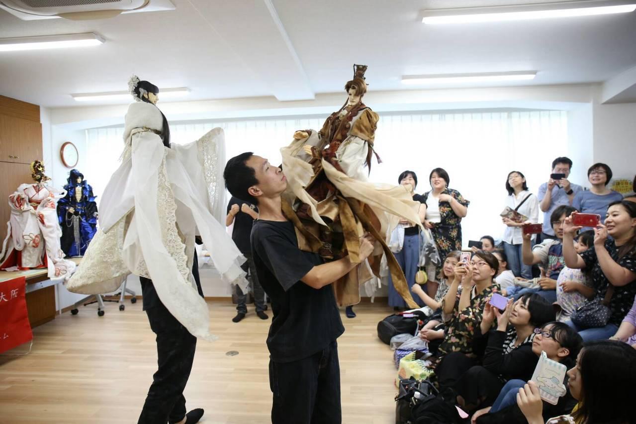 三昧堂與迴響樂集在大阪中華總會文化中心公演布袋戲音樂劇,現場一位難求。圖/三昧堂...