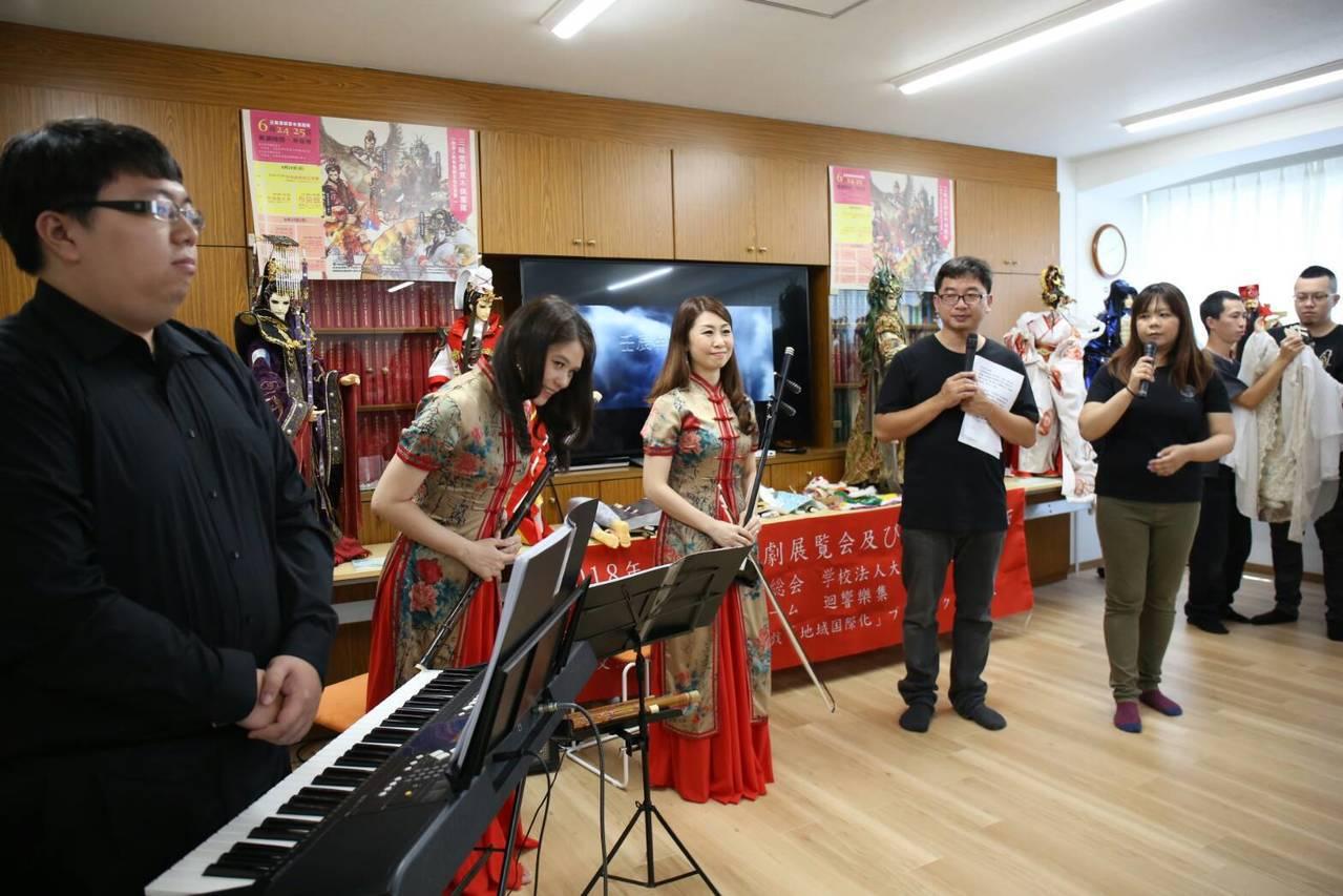 三昧堂與迴響樂集現場演出布袋戲音樂劇。圖/三昧堂提供