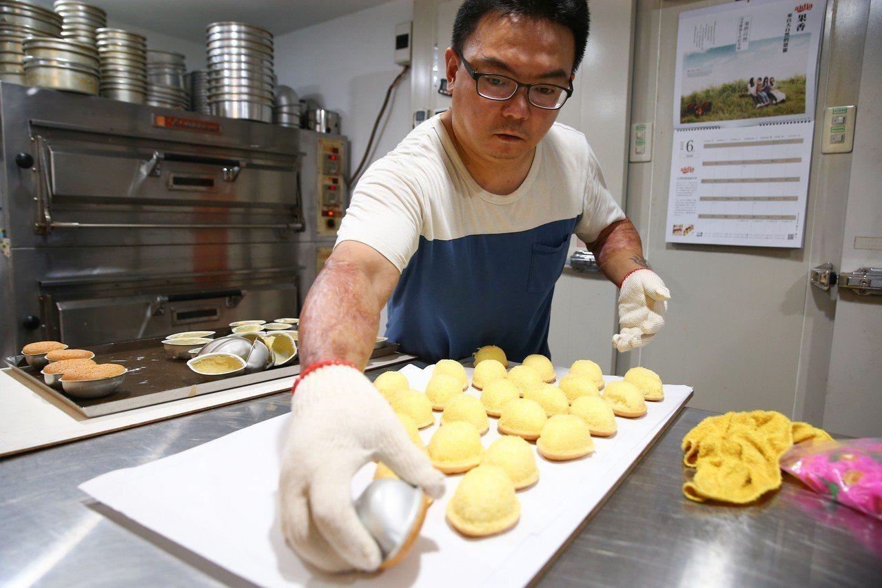 八仙傷友林獻桐靠著努力復健重回烘焙業的工作,繼續用雙手做出一個又一個美味的蛋糕。...