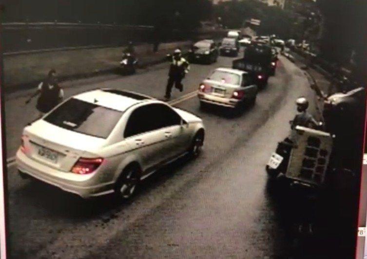 詹嫌衝向馬路車陣逃跑,員警在後追逐。記者林昭彰/翻攝