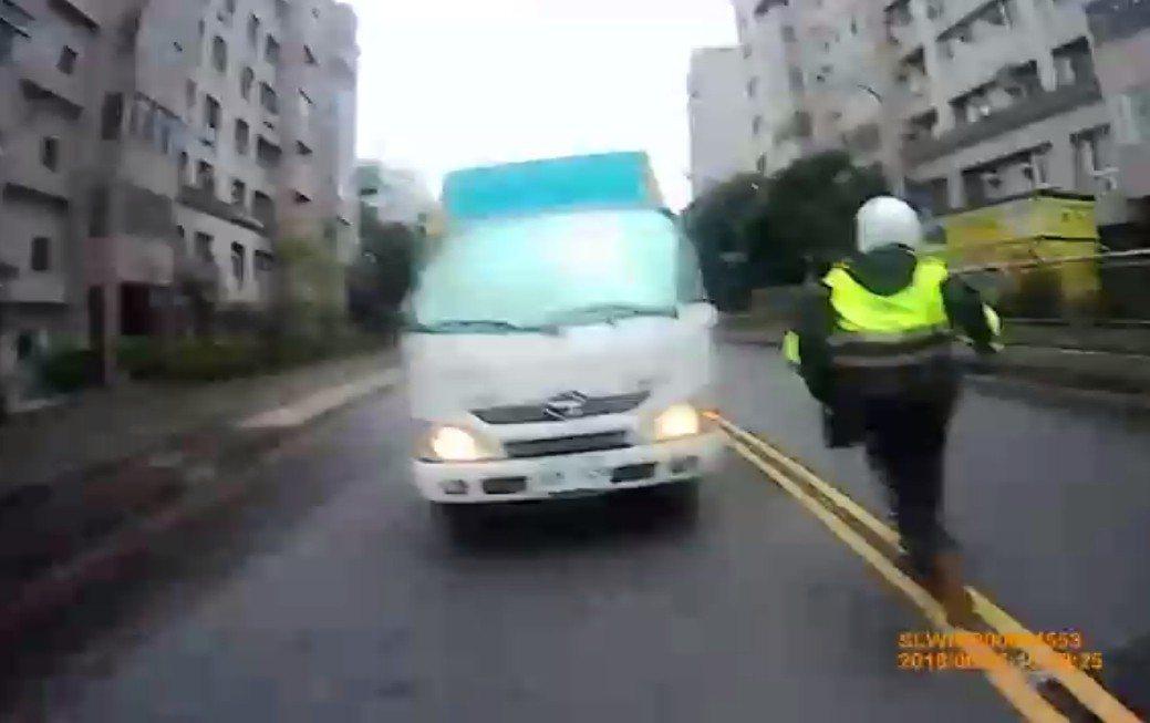 詹嫌衝向馬路車陣,員警立刻追去。記者林昭彰/翻攝