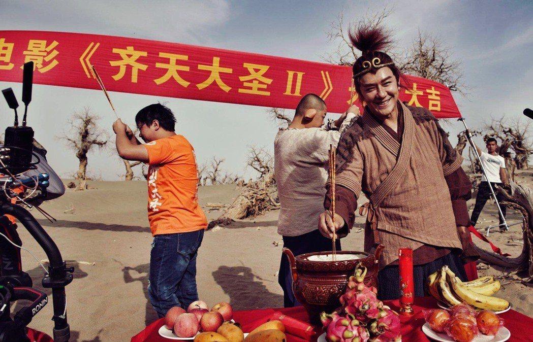 陳浩民(右)為「齊天大聖-火焰山」開機拜拜。圖/艾迪昇提供