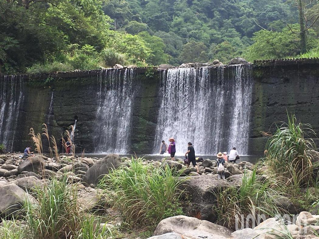 北埔冷泉旁的瀑布,不少民眾會站在瀑布下沖水。圖/本報系資料照