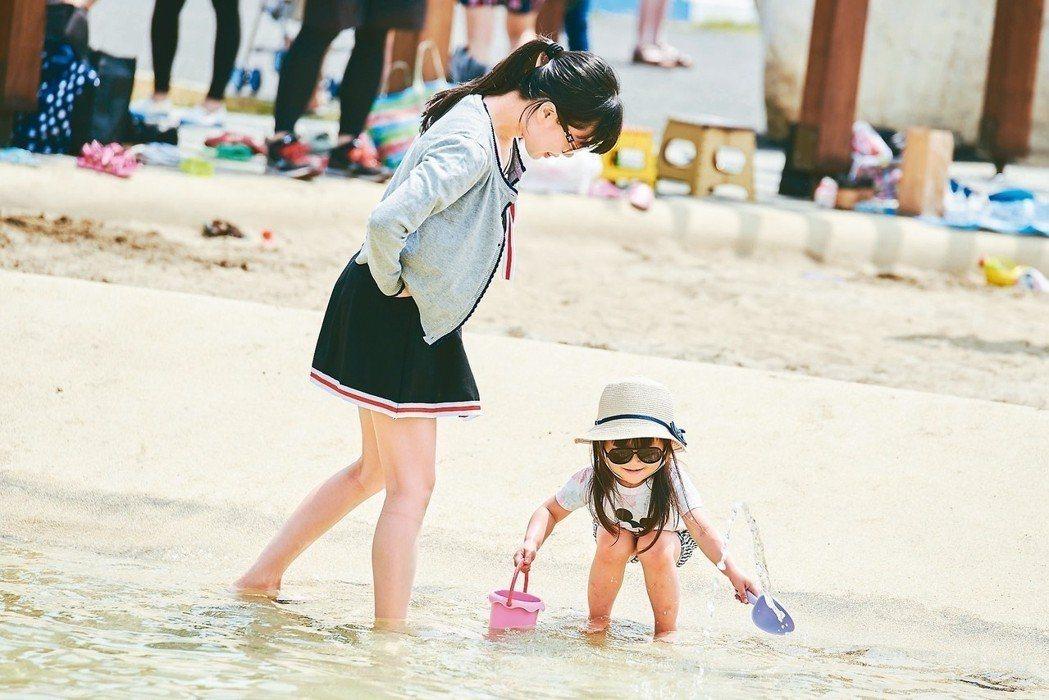 南寮旅遊服務中心的親子沙灘戲水區,吸引了不少遊客前往。圖/新竹市政府提供