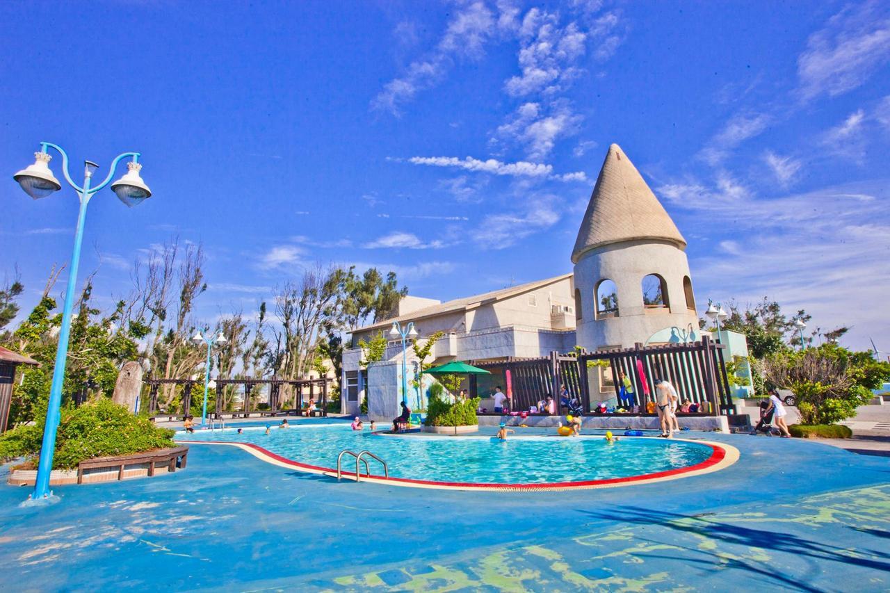 大安濱海旅客服務中心為城堡造型,與游泳池相連。圖/摘自台中市風景區管理所粉絲團