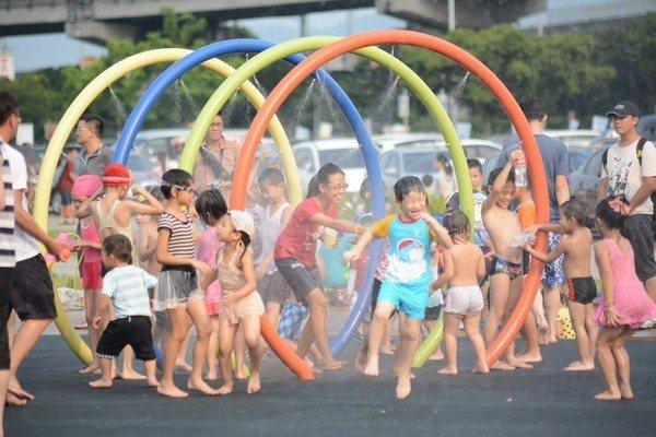 大佳河濱公園除了是野餐好去處外,也設有戲水專區,可以帶孩子一起前往。圖/台北市政...