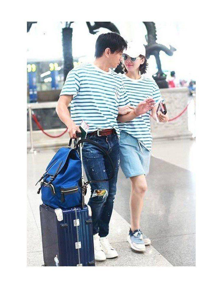 劉詩詩與吳奇隆穿情侶裝曬恩愛。圖/摘自微博