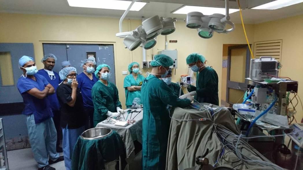 國泰醫院將「經口腔自然孔道甲狀腺手術」技術輸出到斐濟,吸引該國第三大醫院Laba...