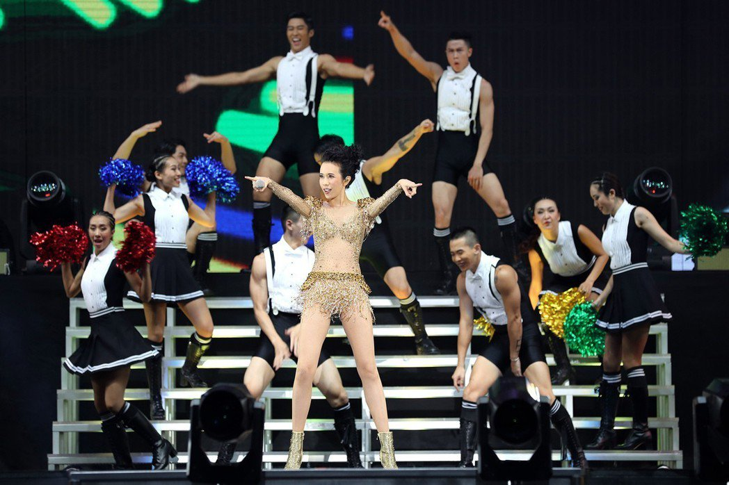 莫文蔚(Karen)世界巡演於23晚間在上海虹口體育場引爆。圖/莫家寶貝工作室提...