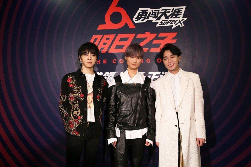 左起華晨宇、李宇春、吳青峰擔任「明日之子2」星推官。圖/騰訊提供