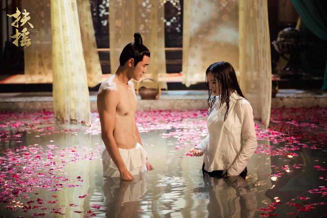 阮經天(左)在「扶搖」中脫衣展露好身材。圖/摘自微博