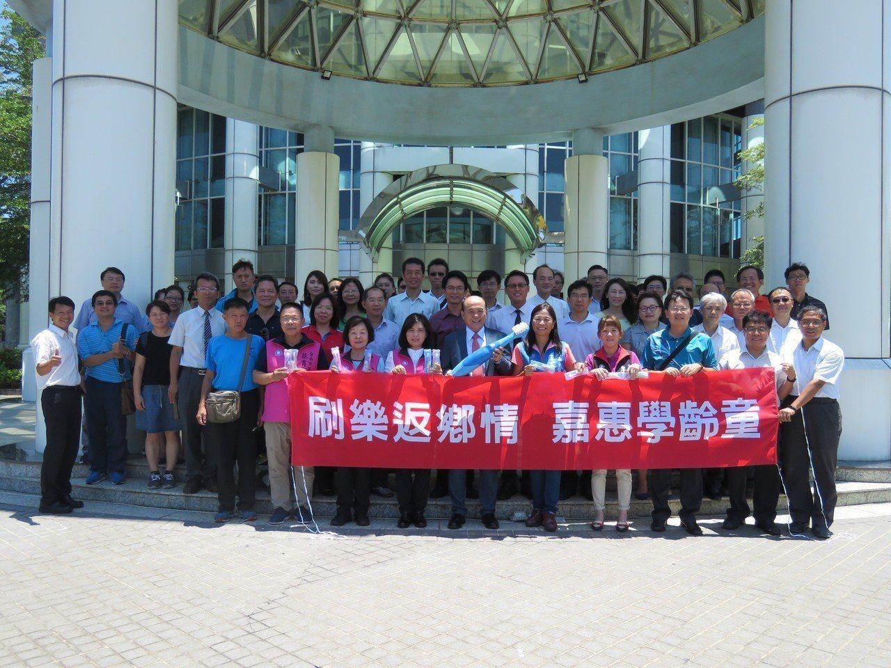 刷樂公司董事長陳永記返鄉贈送國小新生上萬組的牙刷,協助牙齒保健。圖/議員提供