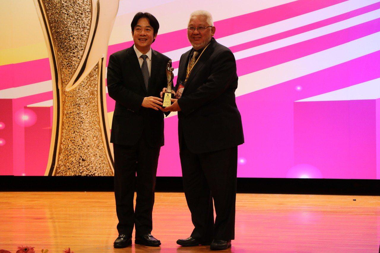 台北市立聯合醫院榮獲第一屆「政府服務獎」,於174個參獎機關中脫穎而出,並榮獲「...