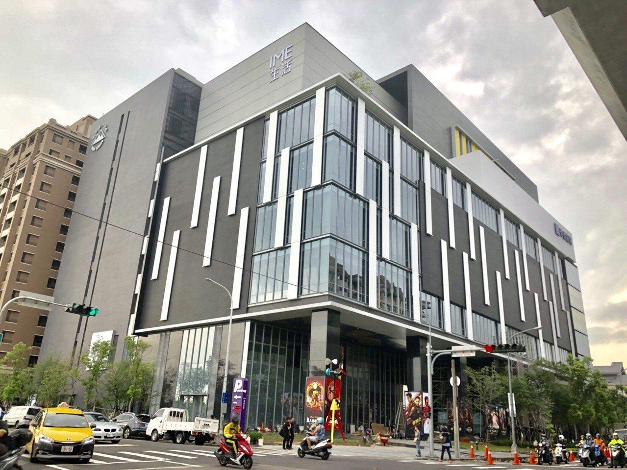 秀泰生活旗艦館賣場面積達2.4萬坪,全館結合購物、美食、藝文、電影等的大型複合式...