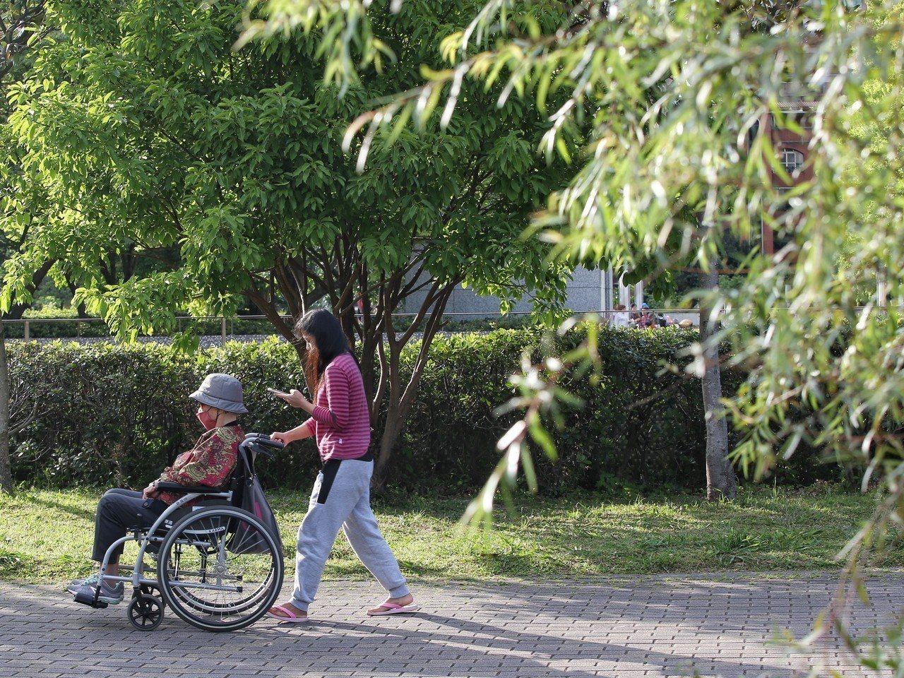 長照歷程像一場看不見盡頭的馬拉松,由照顧者和被照顧者的淚水堆砌。圖/本報資料照片